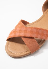 Rubi Shoes by Cotton On - DALLAS CROSSOVER  - Sandali - hazel