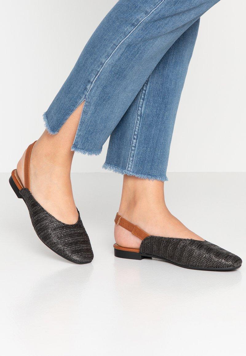 Rubi Shoes by Cotton On - OLIVIA SQUARE TOE SLINGBACK - Baleríny s otevřenou patou - black/tan