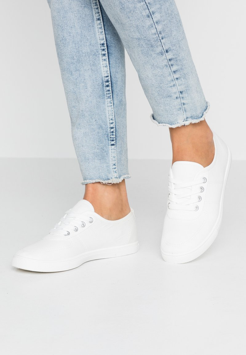 Rubi Shoes by Cotton On - PHOEBE LACE UP PLIMSOLL - Tenisky - white