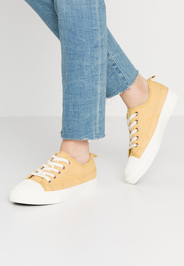 JENNA  - Sneakersy niskie - light mustard