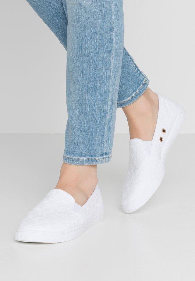 HOLLY SLIP ON - Slippers - white