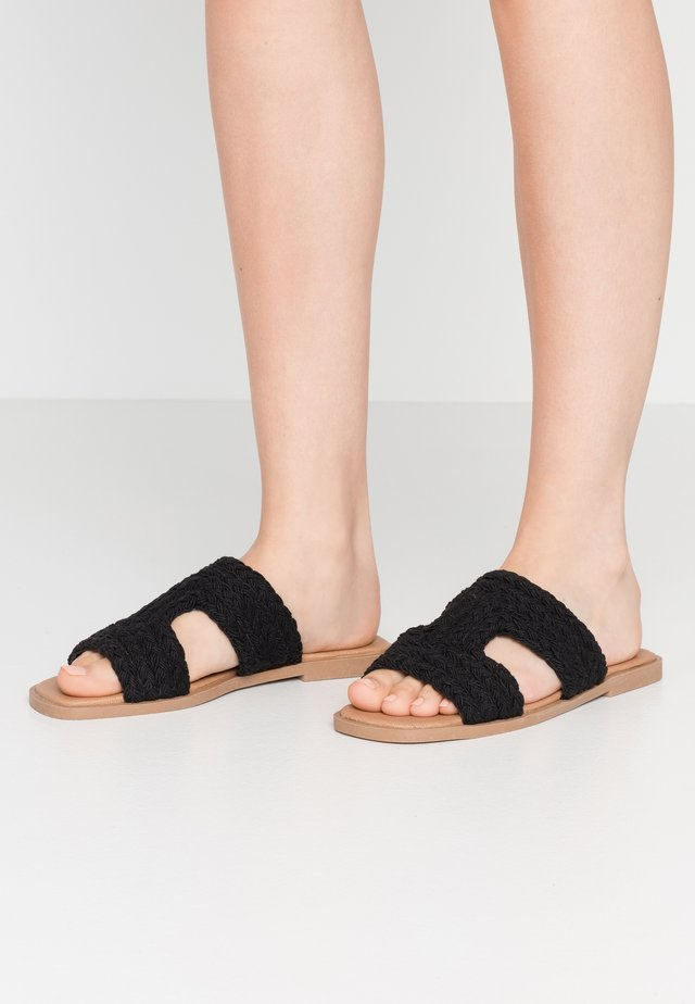 POPPY CUT OUT SLIDE - Sandaler - black