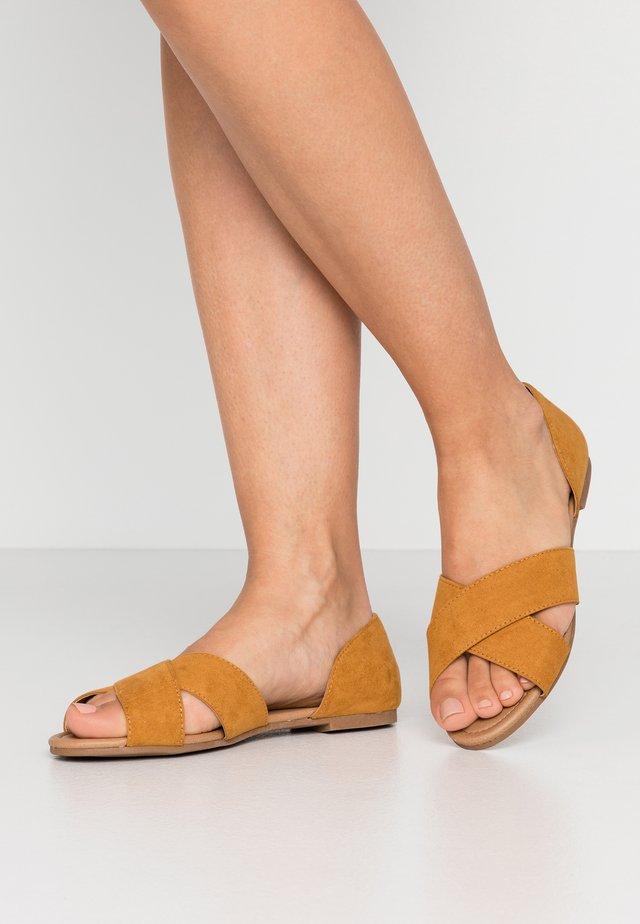 ESSENTIAL ALIRA CROSSOVER PEEP - Sandals - mustard