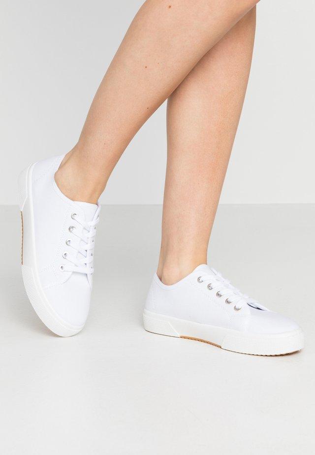 LISA LACE UP - Matalavartiset tennarit - white