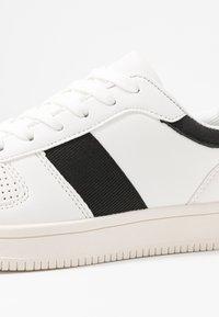 Rubi Shoes by Cotton On - ALBA RETRO RISE - Sneakersy niskie - white/black - 2
