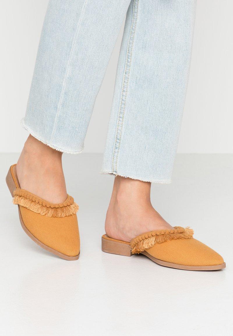 Rubi Shoes by Cotton On - FRANCES - Pantolette flach - mustard