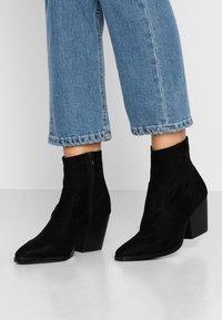 Rubi Shoes by Cotton On - AUSTIN BOOT - Botki kowbojki i motocyklowe - black - 0