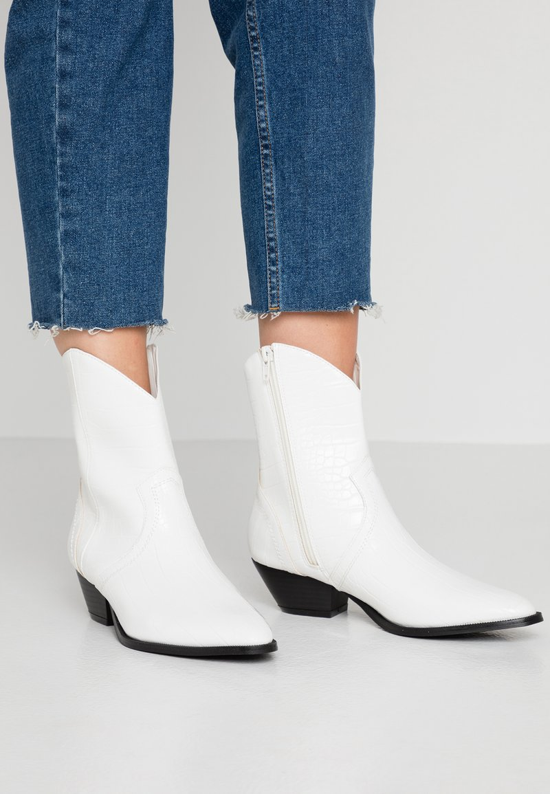 Rubi Shoes by Cotton On - LARISSA WESTERN BOOT - Cowboy/biker ankle boot - white