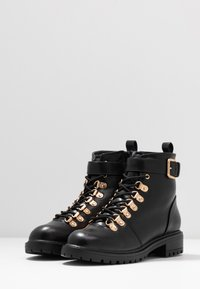 Rubi Shoes by Cotton On - HARIETTE LACE UP BOOT - Lace-up ankle boots - black/gold - 4