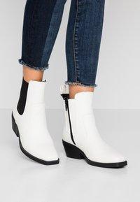 Rubi Shoes by Cotton On - TESSA SQUARE TO WESTERN BOOT - Kovbojské/motorkářské boty - offwhite - 0