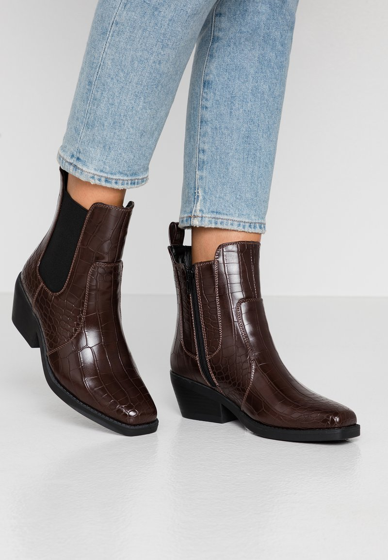 Rubi Shoes by Cotton On - TESSA SQUARE TO WESTERN BOOT - Santiags - chocolate