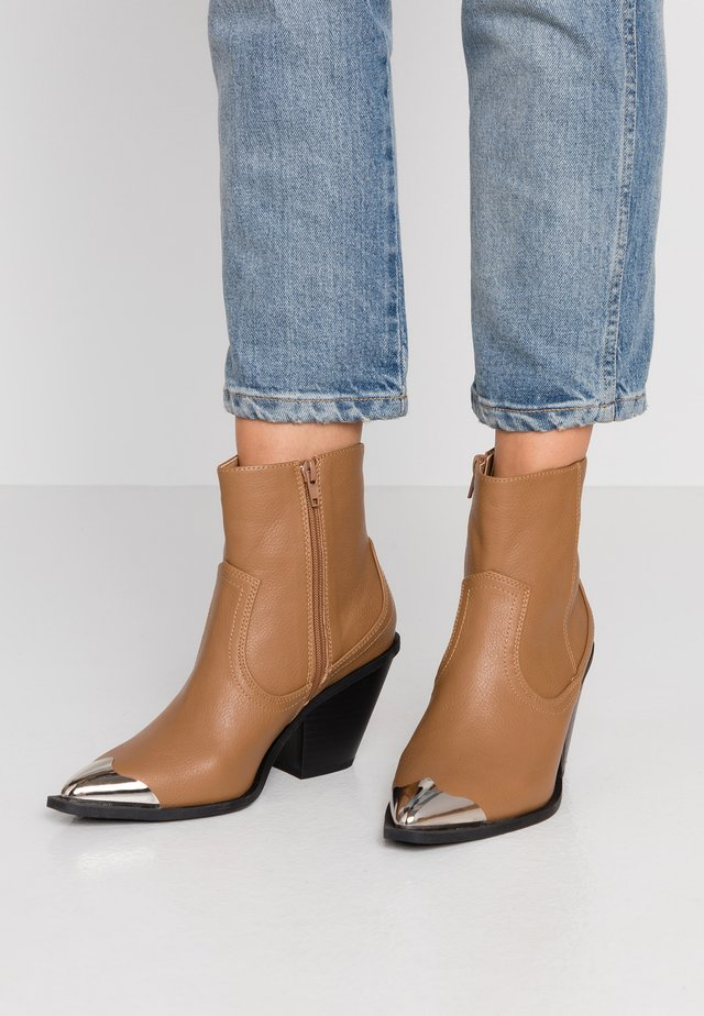 CLARENCE - Cowboy/biker ankle boot - tan smooth