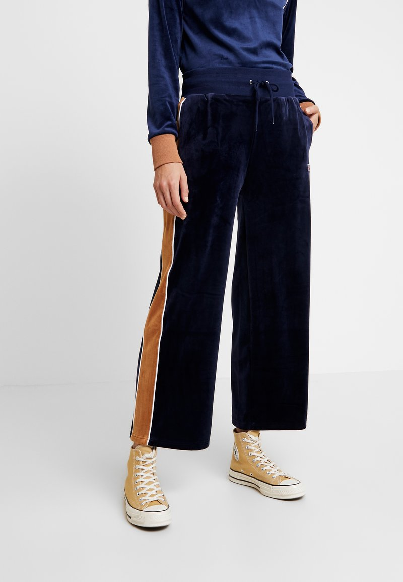 Russell Athletic Eagle R - PANT - Tracksuit bottoms - navy/amberlight