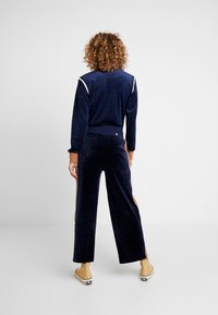Russell Athletic Eagle R - PANT - Pantaloni sportivi - navy/amberlight