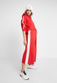 Russell Athletic Eagle R - MICHELLE CULOTTES - Teplákové kalhoty - red - 1