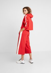 Russell Athletic Eagle R - MICHELLE CULOTTES - Tracksuit bottoms - red - 2