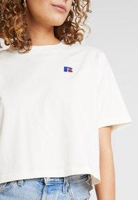 Russell Athletic Eagle R - OLIVIA CROP LOGO - T-shirt med print - soya - 5