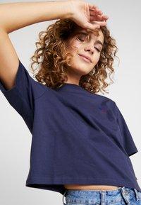 Russell Athletic Eagle R - OLIVIA CROP LOGO - T-shirt z nadrukiem - navy - 3