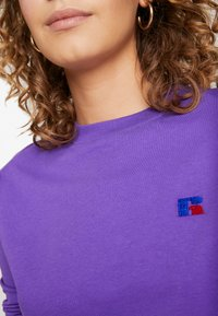 Russell Athletic Eagle R - SCARLETT CROP LOGO - Camiseta de manga larga - royal purple - 5