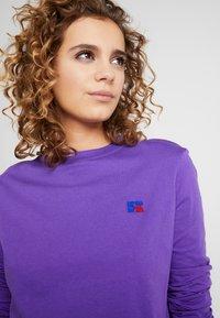 Russell Athletic Eagle R - SCARLETT CROP LOGO - Camiseta de manga larga - royal purple - 3