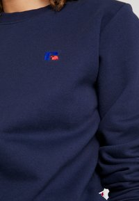 Russell Athletic Eagle R - CREW NECK - Bluza - navy - 6