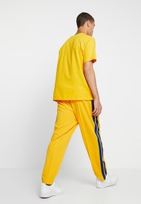 Russell Athletic Eagle R - GLAMIS STRIPED ZIP OFF TRACK PANT - Joggebukse - yellow - 2