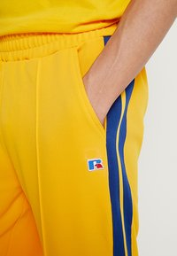 Russell Athletic Eagle R - GLAMIS STRIPED ZIP OFF TRACK PANT - Joggebukse - yellow - 4