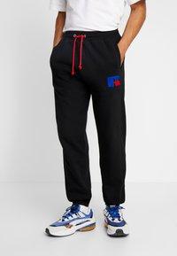 Russell Athletic Eagle R - ERNEST - Pantaloni sportivi - black - 0
