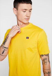 Russell Athletic Eagle R - BASELINERS TEE  - T-Shirt basic - yellow - 4