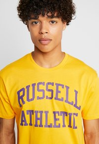 Russell Athletic Eagle R - ICONIC CREW NECK TEE - T-shirt con stampa - yellow - 4