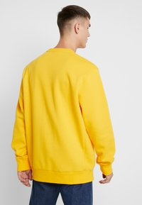 Russell Athletic Eagle R - ICONIC CREW NECK - Felpa - yellow - 2
