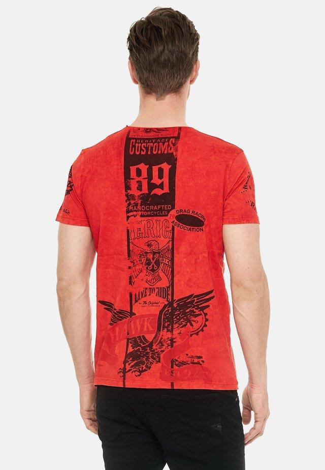 MIT MODERNEM - Print T-shirt - rot
