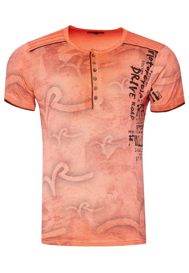 MIT MODERNEM PRINT - Print T-shirt - orange