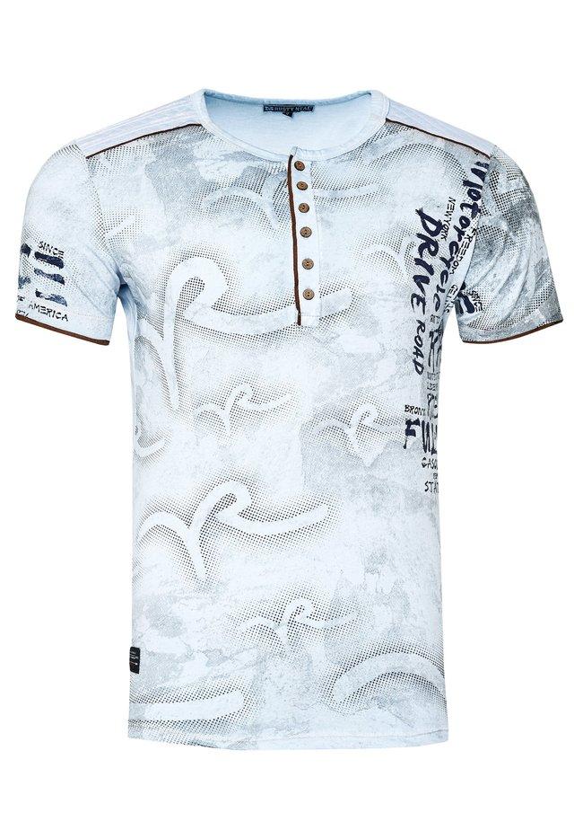 MIT MODERNEM PRINT - T-shirt print - hell blau