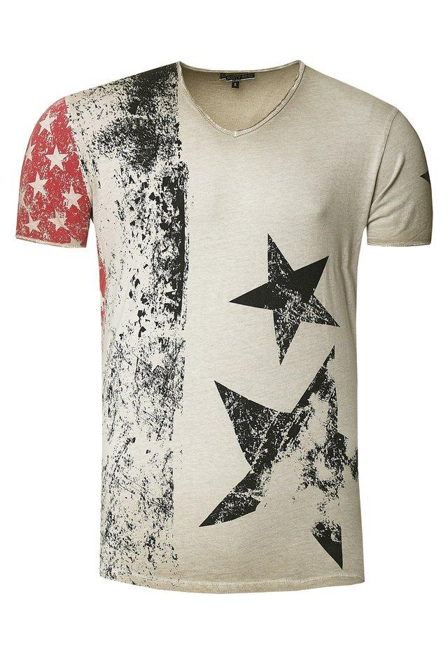 MIT V-NECK AUSSCHNITT - T-shirt print - beige