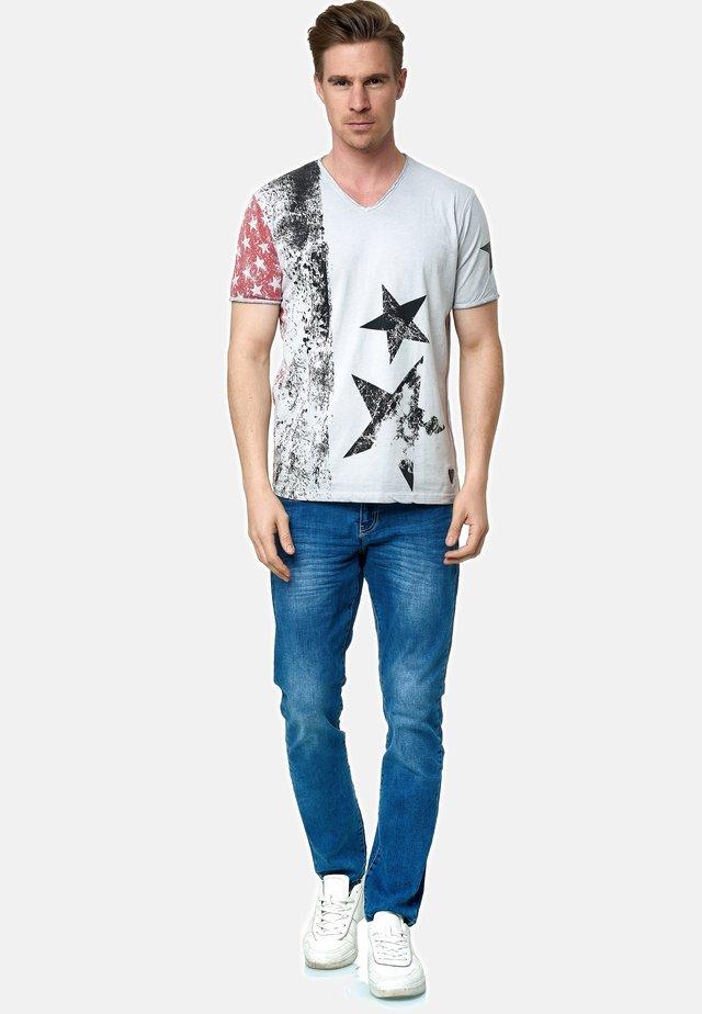 MIT V-NECK AUSSCHNITT - T-shirt print - grau