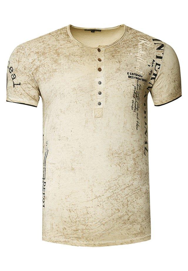 MIT SEITLICHEM DRUCK - T-shirt print - camel