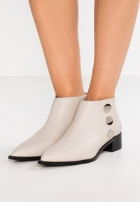 Senso - LIONEL - Ankle boots - chalk - 0