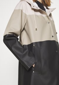 Stutterheim - WATERPROOF MOSEBACKE STRIPE - Regnjacka - light sand - 4