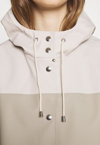 Stutterheim - WATERPROOF MOSEBACKE STRIPE - Regnjacka - light sand - 6