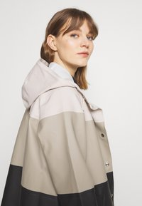 Stutterheim - WATERPROOF MOSEBACKE STRIPE - Regnjacka - light sand - 3