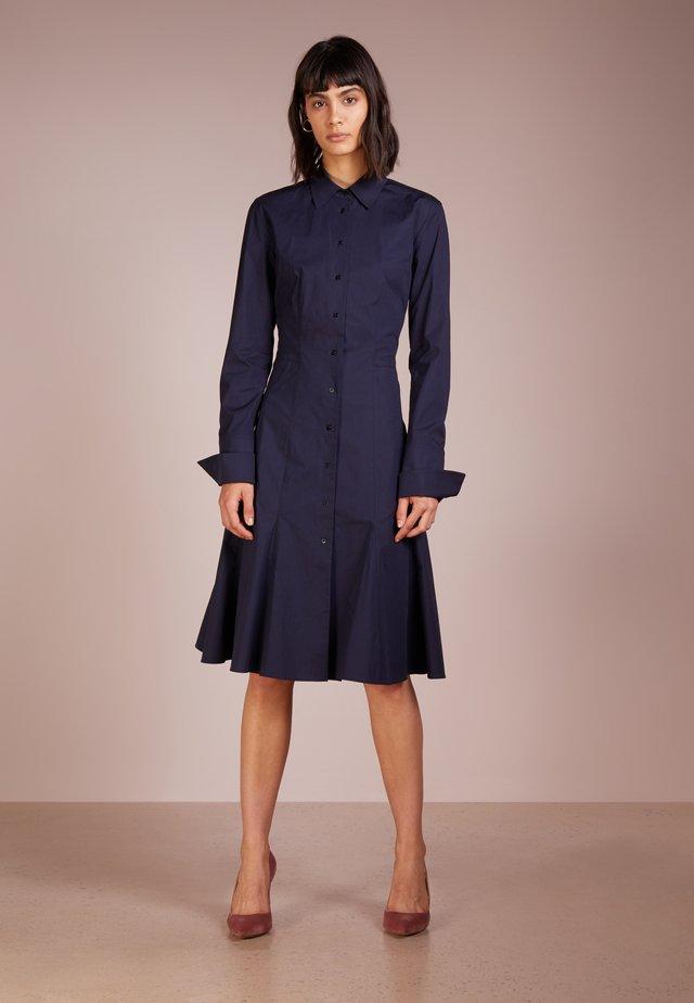 DRESS DANTHEA - Sukienka koszulowa - navy
