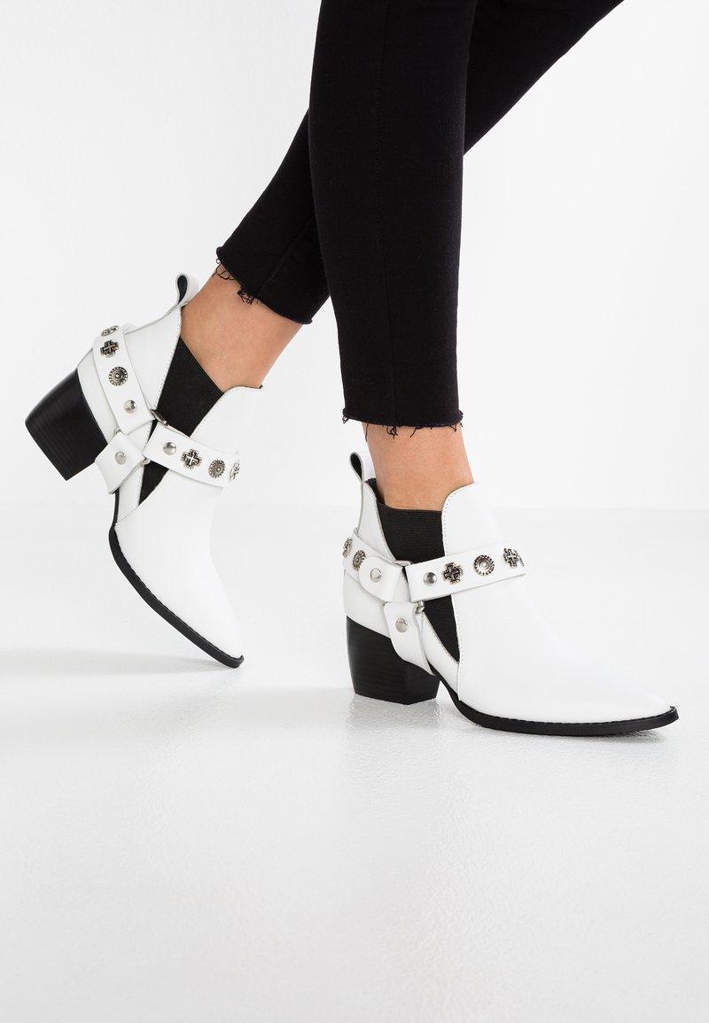 Sol Sana - BRUNO WESTERN - Ankle boots - white/black