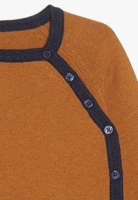 Sense Organics - PICASSO BABY WRAP JACKET - Chaqueta de punto - rusty orange - 3