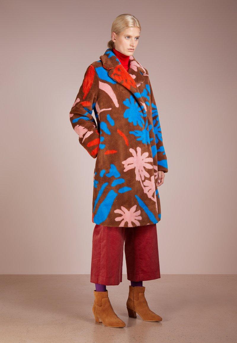 Stine Goya - CONCORD FAUX FUR - Manteau classique - brown