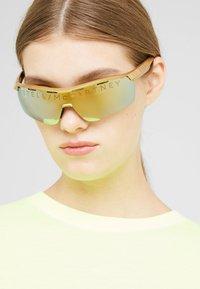 Stella McCartney - Sluneční brýle - gold - 1