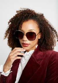 Stella McCartney - Sonnenbrille - havana/gold/brown - 1