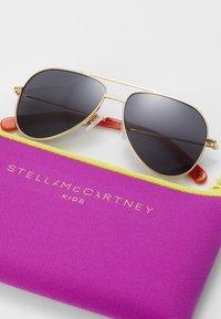 Stella McCartney - SUNGLASS KID  - Sunglasses - gold/smoke - 3