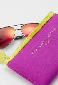 Stella McCartney - SUNGLASS KID  - Sluneční brýle - ruthenium/red - 3