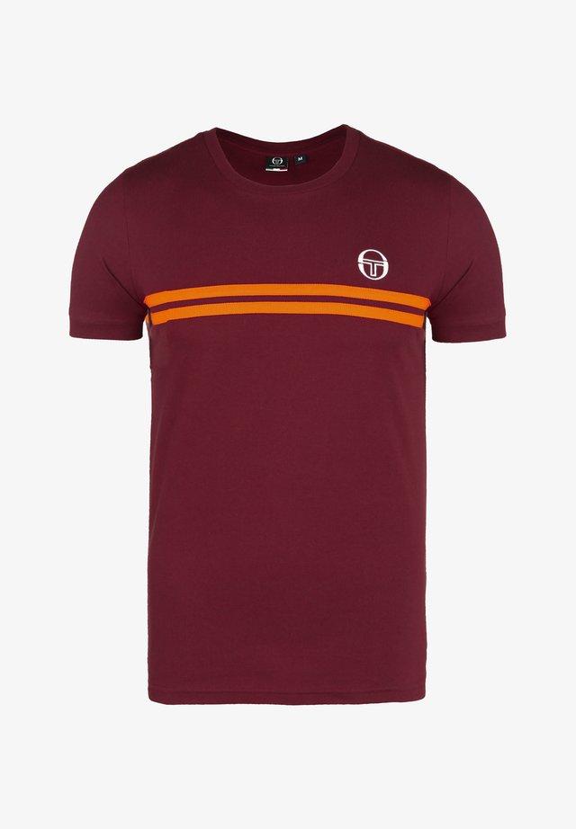 ARCHIVIO  - T-Shirt print - bordeaux / tangelo